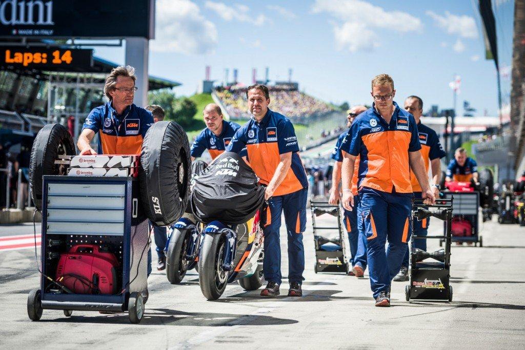 150373_team-ktm-rc16-pit-lane-spielberg-2016